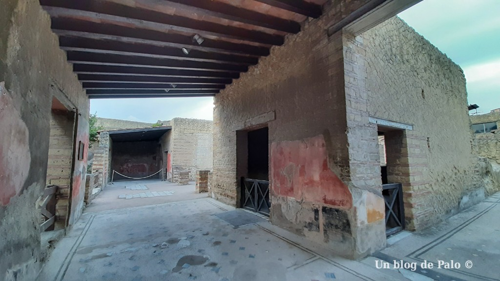 Vistas del interior de la casa de los Ciervos en Herculano