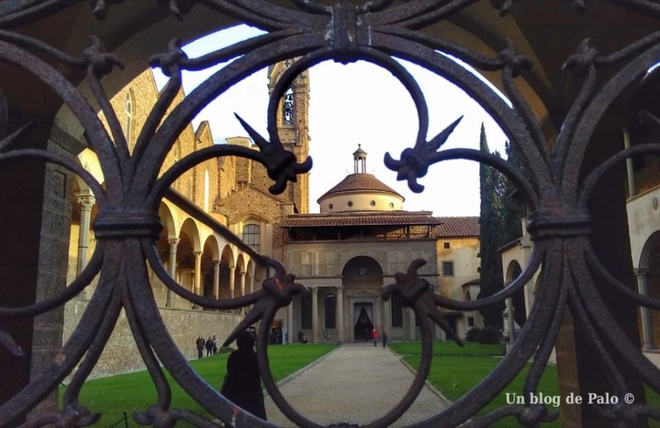Patio de la Basílica della Santa Croce en Florencia