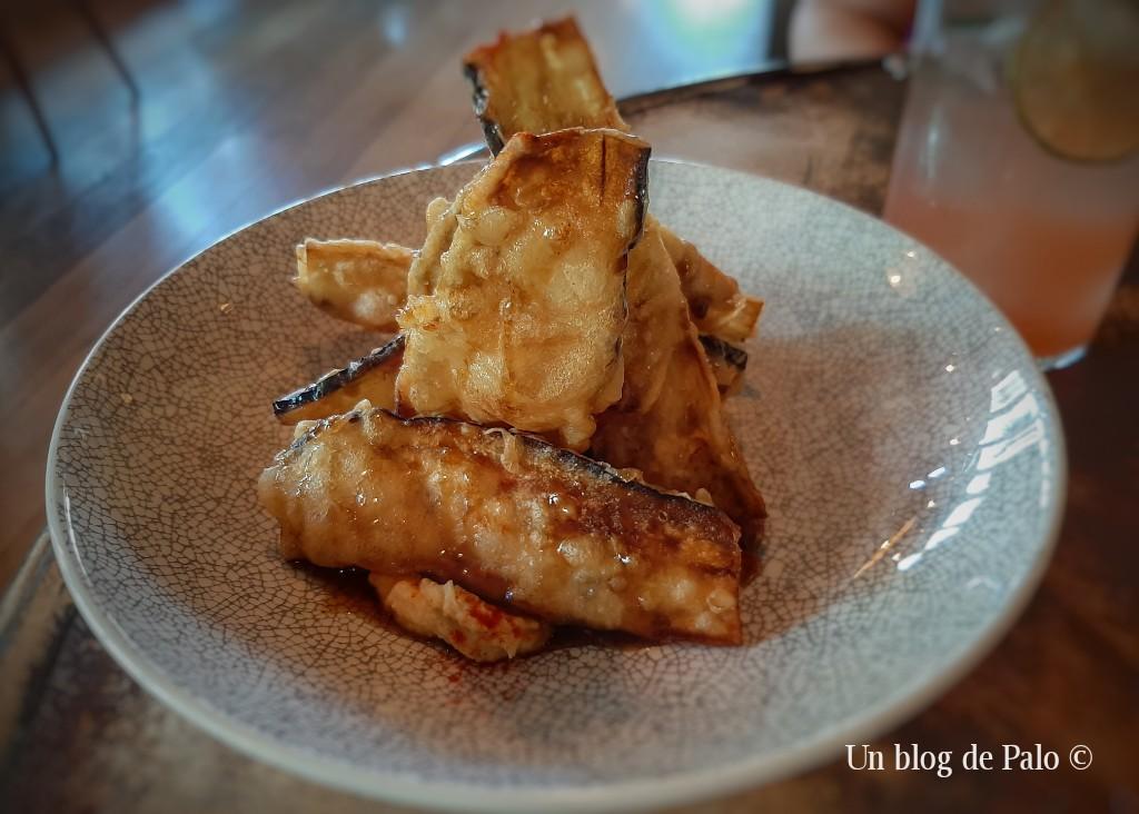 Uno de los platos típicos: berenjenas con humus y miel