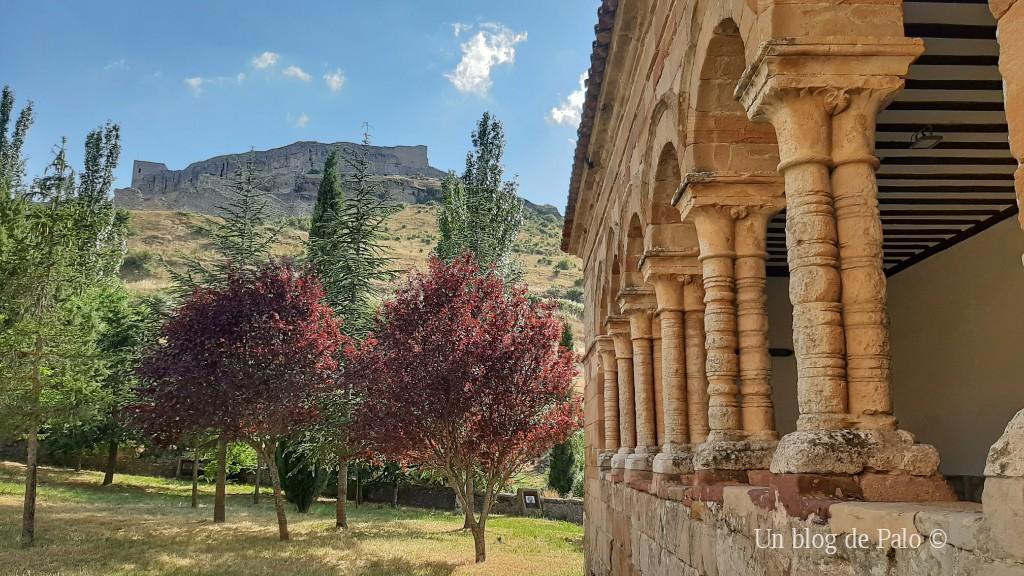 Iglesia de San Bartolomé y vista del castillo de Atienza