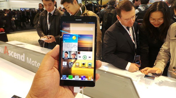 Huawei Ascend Mate in the house. Ang laki niya. Bow.