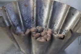Des billes d'argile dans plat à charlotte pour absorber l'humidité