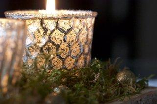photophore doré sur lit de mousse