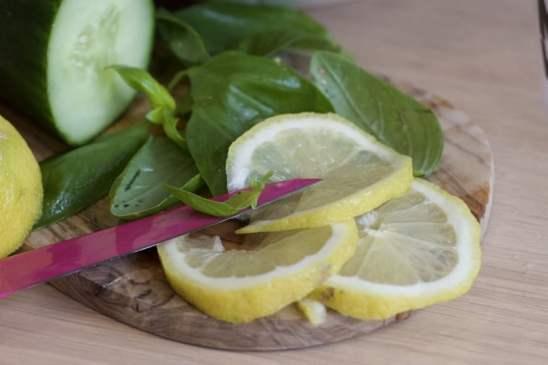 Préparation concombre et basilic pour une eau détox