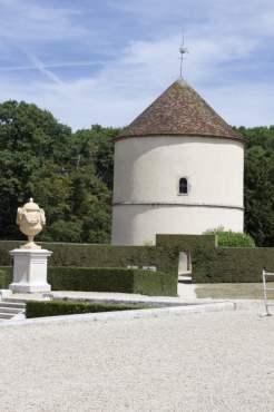 Parterre nord et pigeonnier du château de Breteuil