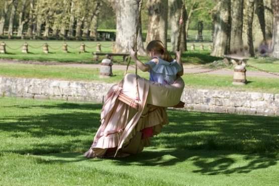 Rose sur la balançoire de princesse au château de Courances