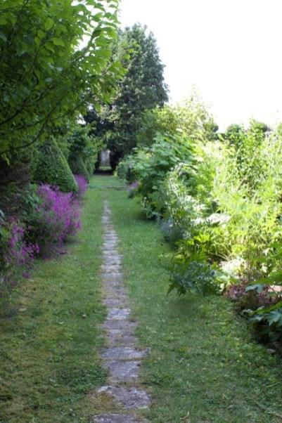 Allée du jardin de la lune du château d'Ambleville.