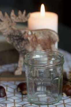 Des pots de confiture pour réaliser un centre de table avec des bougies pour l'Avent