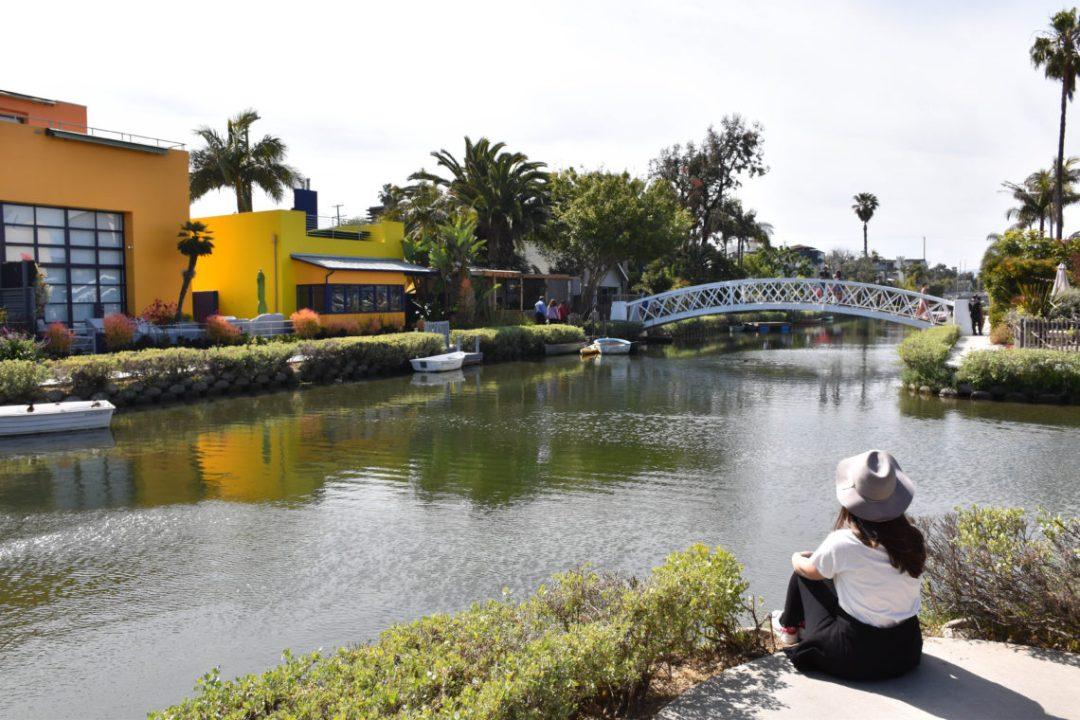 Canal de Venice à Los Angeles par un couple en vadrouille