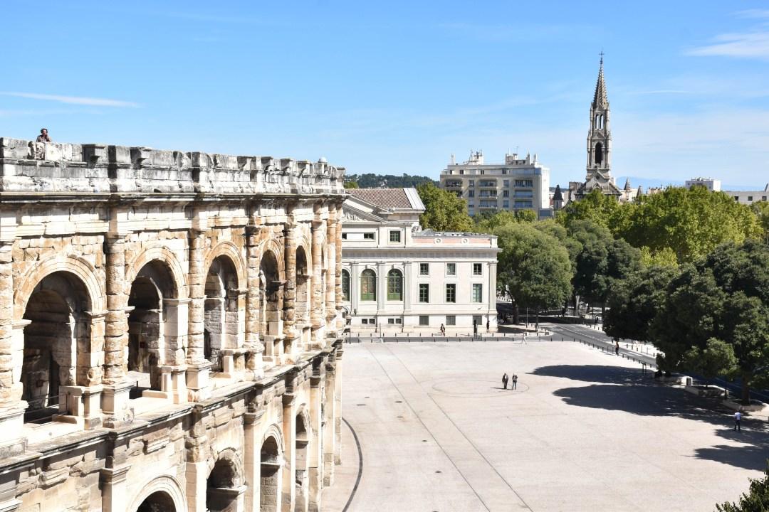 Vue sur les arènes de Nimes depuis le toit du musée de la romanité à Nimes_uncoupleenvadrouille_blogvoyage