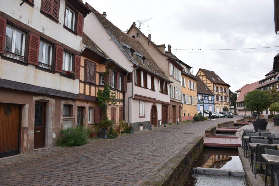 Centre ville de Barr en Alsace_un couple en vadrouille