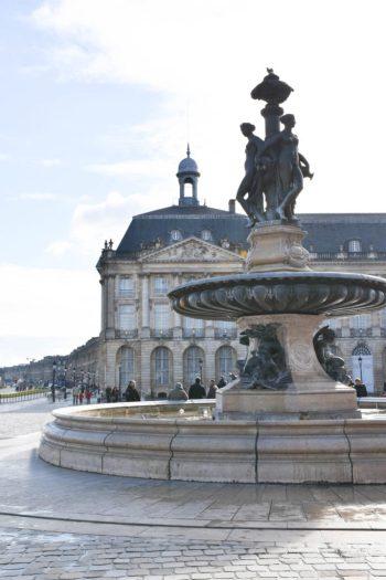Place de la bourse à Bordeaux_un couple en vadrouille