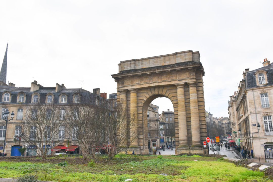 Porte de Bourgogne à Bordeaux France_un couple en vadrouille