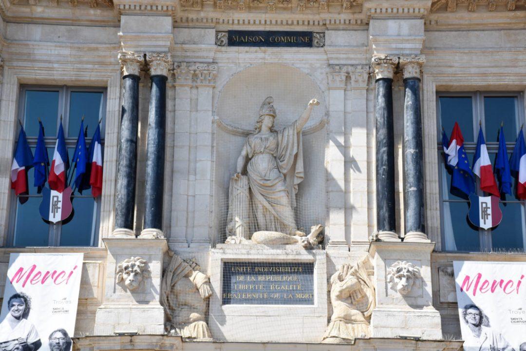 Sculpture sur l'hotel de Ville de Troyes