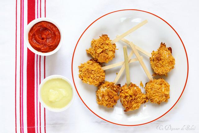 Sucettes de boudin blanc façon nuggets aux corn flakes, sauce pomme et ketchup