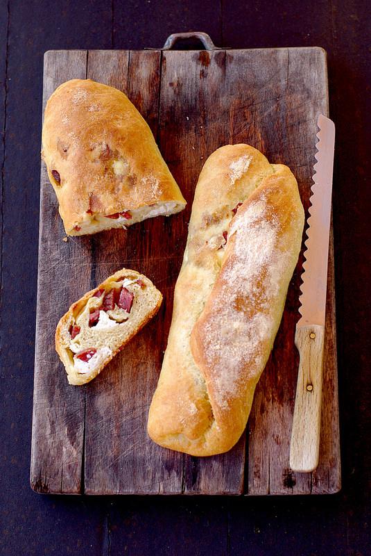 Pain italien au saucisson (salame) et à la ricotta