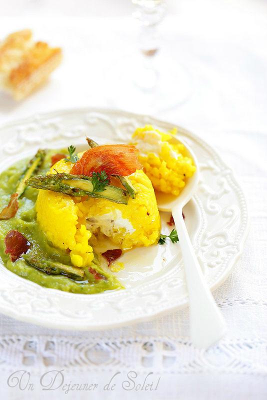 Gâteau ou timbale de riz salé au safran, coeur de ricotta, sauce aux asperges