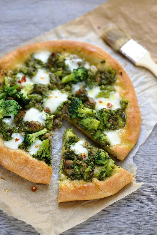 Pizza brocolis, saucisses et mozzarella