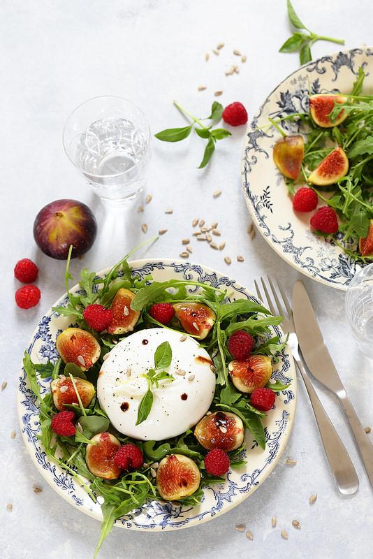 Salade de figues, burrata, roquette et framboises