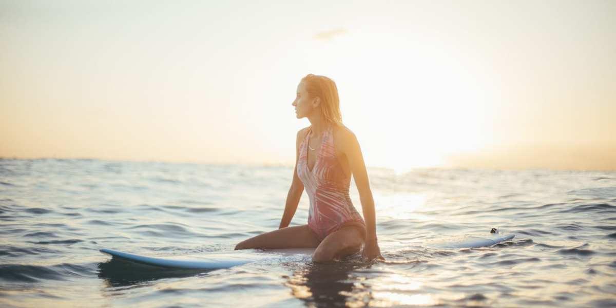 A woman surfing in San Diego © | Chris Osmond/Unsplash