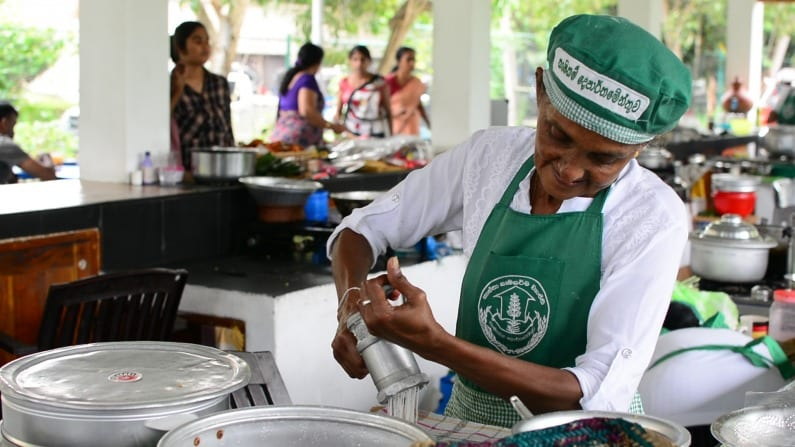 Women at work at the Hela Bojun stall in Battaramulla   © Thiva Arunagirinathan/Courtesy Roar Media