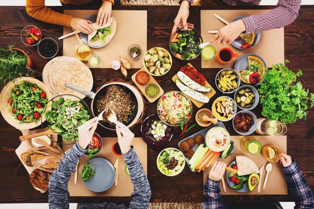 Friends enjoying a vegan meal | © Photographee.eu/Shutterstock