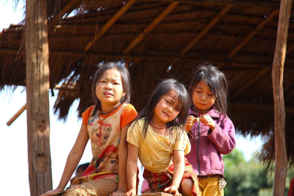 Young Laotian girls, such as those helped by Global Vision International, pose for a photo | © Sharon Ang/Pixabay