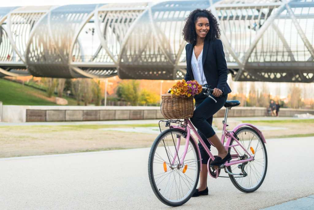 A young woman rides a vintage bicycle in the city | © David Prado Perucha/Shutterstock