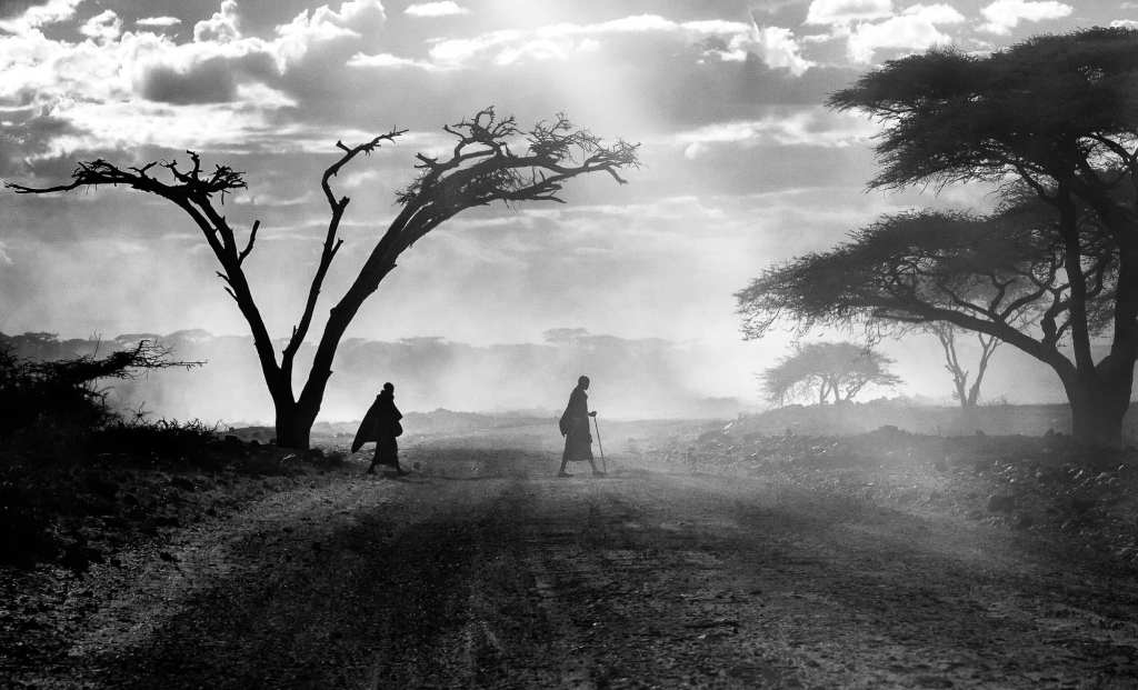 Locals walk across the fields of Tanzania | © Photo courtesy of Julia Cumes