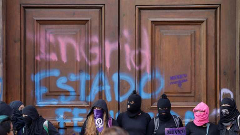 Ingrid Escamilla's name is written on the presidential residence in Mexico by protestors   © Andres Martinez Casares/Reuters
