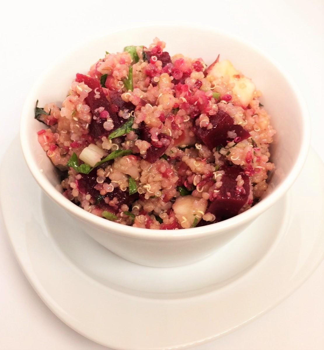 Salade rose au quinoa, orge et couscous de blé entier