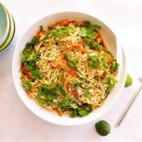 Salade de nouilles asiatiques aux sésames grillés avec poulet ou végétalienne