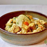 Tofu croustillant sur riz crémeux à l'ananas (végétalien)