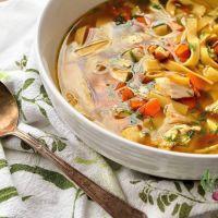 Soupe au poulet et nouilles avec légumes rôtis