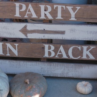 Pallet Sign Tutorial: easy way to direct guests for a party