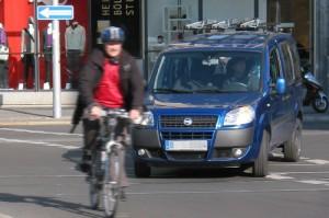 Fahrradfahrer und Autoverkehr im engen Verkehrsraum - im Berliner Stadtverkehr. Foto: ACE.