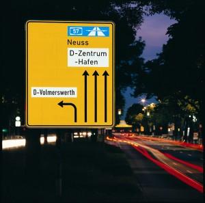 Auf der ganzen Welt weisen Reflexfolien den richtigen Weg - bei Tag und bei Nacht. Foto: 3M.