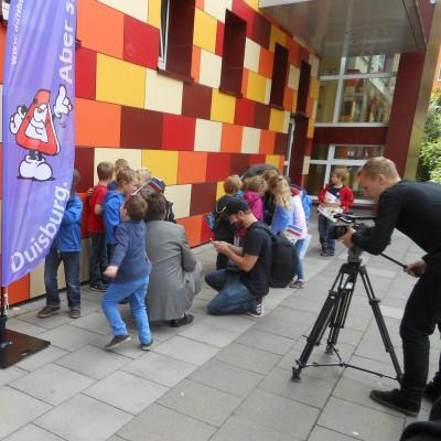 Da sind die Erstklässler erst den zweiten Tag in der Schule und schon im Mittelpunkt des medialen Interesses. Foto: Petra Grünendahl.