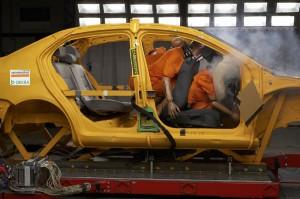 Ohne Sicherheitsgurt kann es bei einem Unfall zu schwersten Verletzungen kommen, wie dieser Crashtest zeigt. Foto: Dekra.