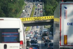 Rettungsgasse? Sie sorgt für freie Fahrt für Feuerwehr, Notarzt und Co. Foto: TÜV Süd.