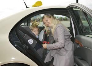 Schauspielerin Anne-Sophie Briest sichert ihre Tochter auch im Taxi. Foto: DVR.