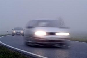 Autofahren im Nebel: Tagfahrlicht reicht hier nicht aus. Foto: Bernd Blume /  panthermedia.net.