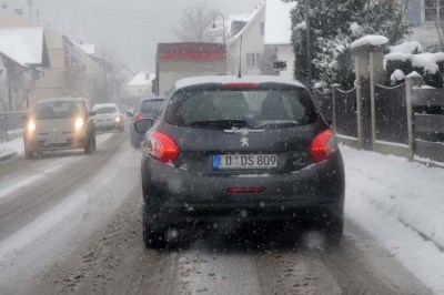 Jedes Jahr aufs Neue eine Herausforderung für die Autofahrer: der erste Schnee.  Foto: TÜV Süd.