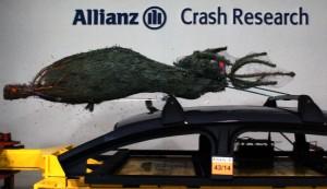 Weihnachtsbaum im Crashtest. Foto: Allianz Deutschland.