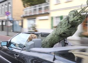 Weihnachtsbaumtransport im Cabrio. Foto: Allianz Deutschland.