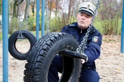 """Auf den Spielplätzen stimmt die Bereifung, auf den Straßen dagegen noch nicht. In Sachen """"Winterreifen"""" ist PHK Heinrich Klaas auf Streife. Foto: Polizei Bochum."""
