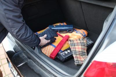 Für Panne im Frost warme Kleidung im Auto deponieren.  Foto: TÜV Rheinland.