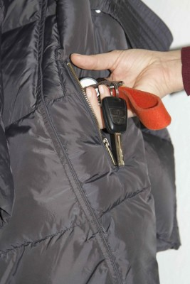 Wenn die Jacke unbeaufsichtigt an der Garderobe hängt, haben Diebe leichtes Spiel. Foto: R+V Infocenter.