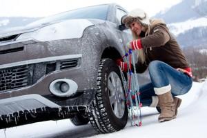 Schneeketten anlegen sollte vor der Urlaubsfahrt mal geübt werden. Foto: ADAC.