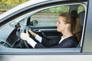 Auch mit Musik im Auto sollten man Umgebungsgeräusche nch wahrnehmen können. Foto: TÜV Rheinland.